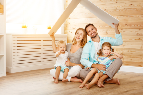 משפחה נכנסת לדירה חדשה מקבלן